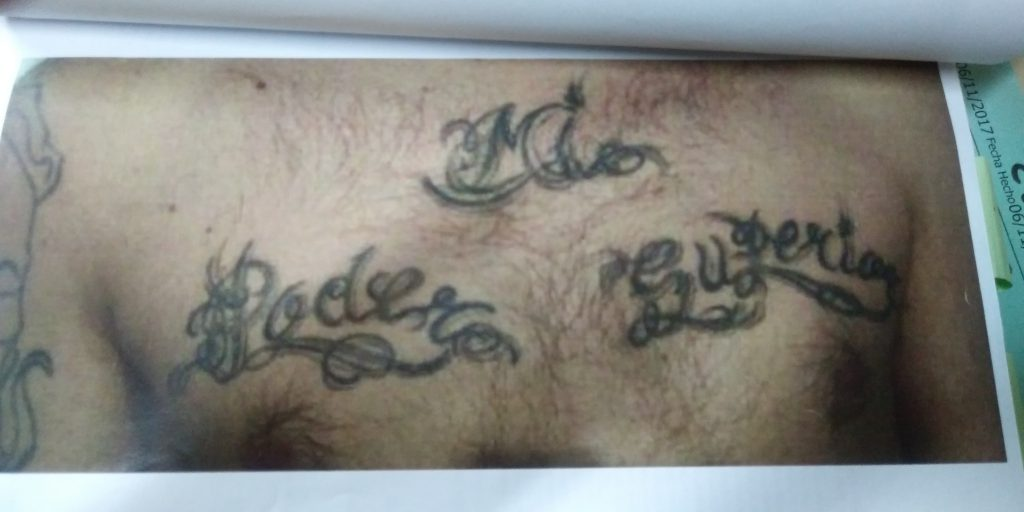 Los tatuajes del pecho sirvieron para iniciar la identificación.