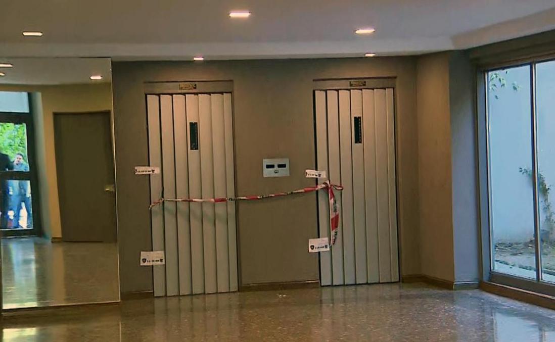 Una chica cayó por el hueco de un ascensor y murió