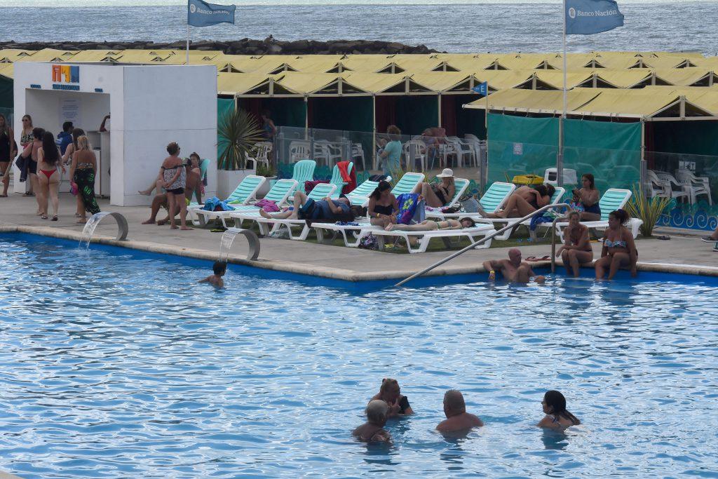 Clientes de los balnearios de La Perla disfrutan de las comodidades de los complejos.