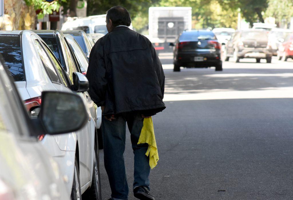 Según advirtieron desde Seguridad, esta temporada se percibió un incremento en la cantidad de cuidacoches en las calles de la ciudad.