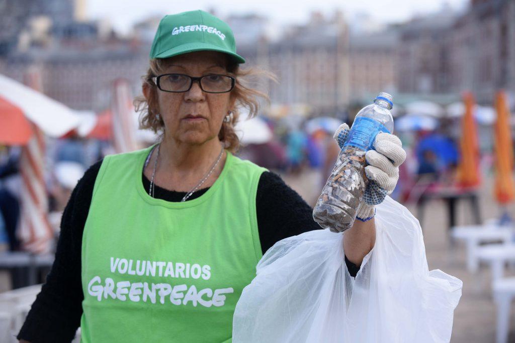 Voluntarios y activistas de Greenpeace realizan una limpieza de plasticos de un solo uso en Playa Popular, para concientizar sobre los efectos adversos en océanos y su vida marina. Argentina es uno de los países que más basura arroja al océano: se tiran 12 millones de botellas de plástico por día y solo se recicla un 30%