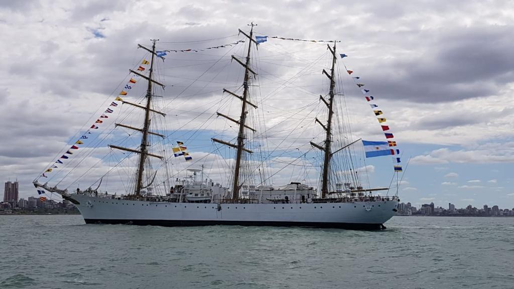 La fragata Libertad partió de Montevideo rumbo a Mar del Plata