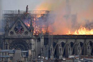 EPA9071. PARÍS (FRANCIA), 15/04/2019.- Vista de un incendio en la catedral de Notre Dame este lunes en París, Francia. Las llamas aparecieron sobre las 18.50 de la tarde, poco después de la hora de cierre al público del monumento, que se encontraba en obras de restauración. Fuentes oficiales indicaron que el fuego está afectando a todo el armazón que sustenta el tejado de Notre Dame, mientras que un portavoz de los bomberos destacó las dificultades de acceso que supone el edificio. EFE/ Julien De Rosa