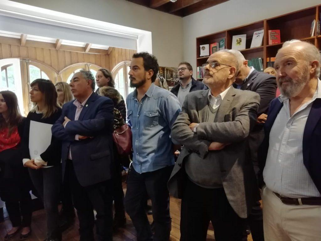 El vicepresidente de Asuntos Tecnológicos de Conicet, Miguel Ángel Laborde, (a la derecha, de traje gris).