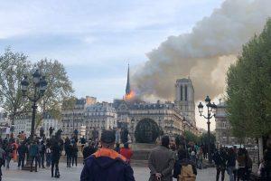 La catedral de Notre Dame de París, uno de los monumentos más emblemáticos de la capital francesa, está sufriendo un incendio. Foto: EFE | María Diaz Valderrama.