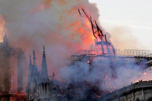 La aguja central de la catedral de Notre Dame cae durante un incendio este lunes en París, Francia. La aguja central de la catedral de Notre Dame de París se derrumbó este lunes devorada por un incendio que afectó a buena parte del tejado del templo gótico. EFE/ Ian Langsdon