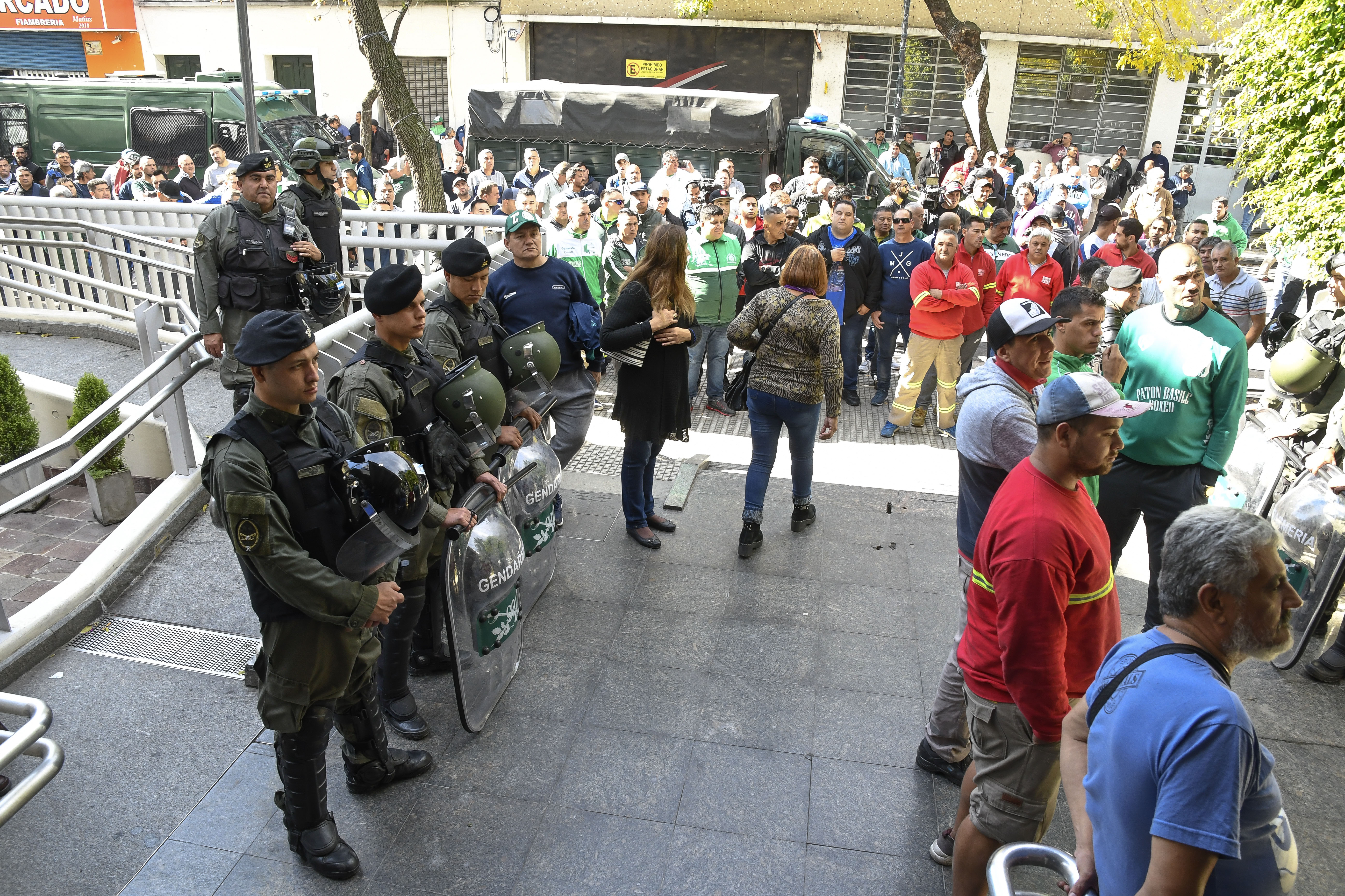 Causa Independiente: más de siete horas de allanamiento en la sede de Camioneros