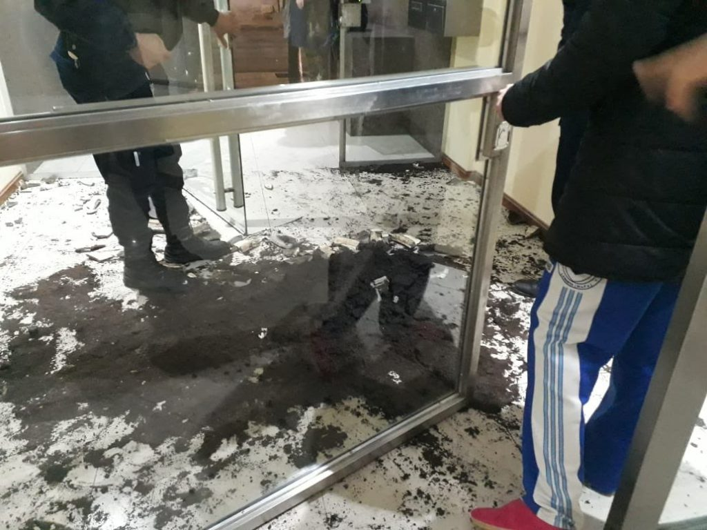 Dos futbolistas fueron detenidos por romper la puerta de un edificio - Regionales
