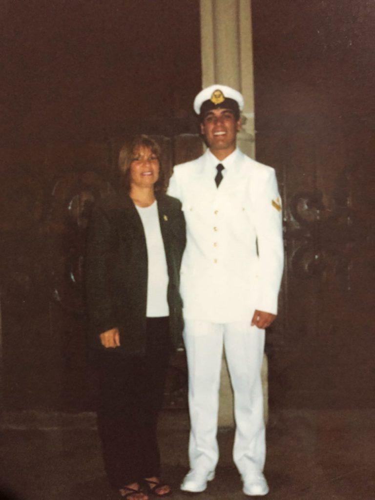 Celso Vallejos, con el uniforme de gala, junto a su madre Zulma sandoval.