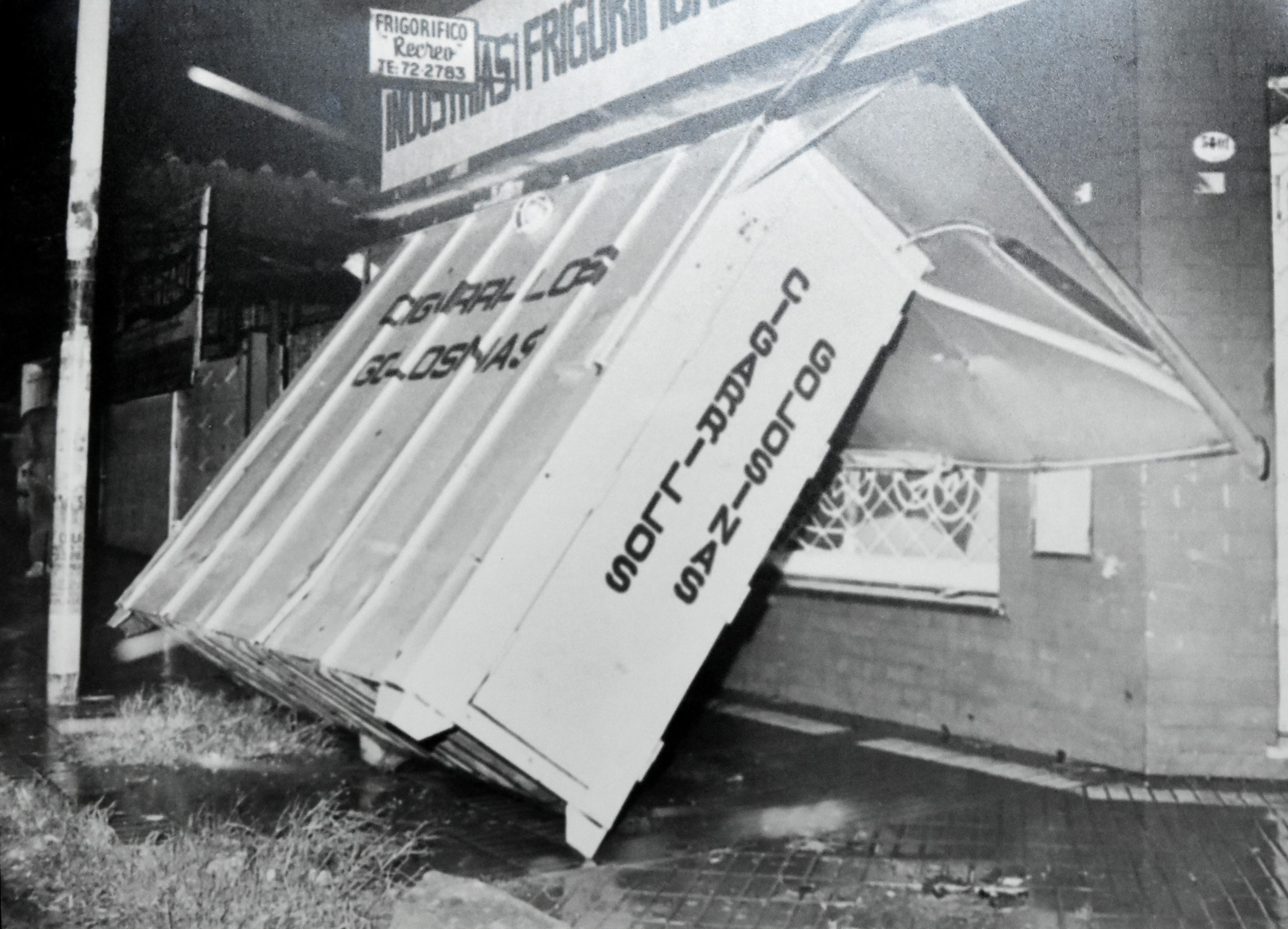 Un kiosco derrumbado.