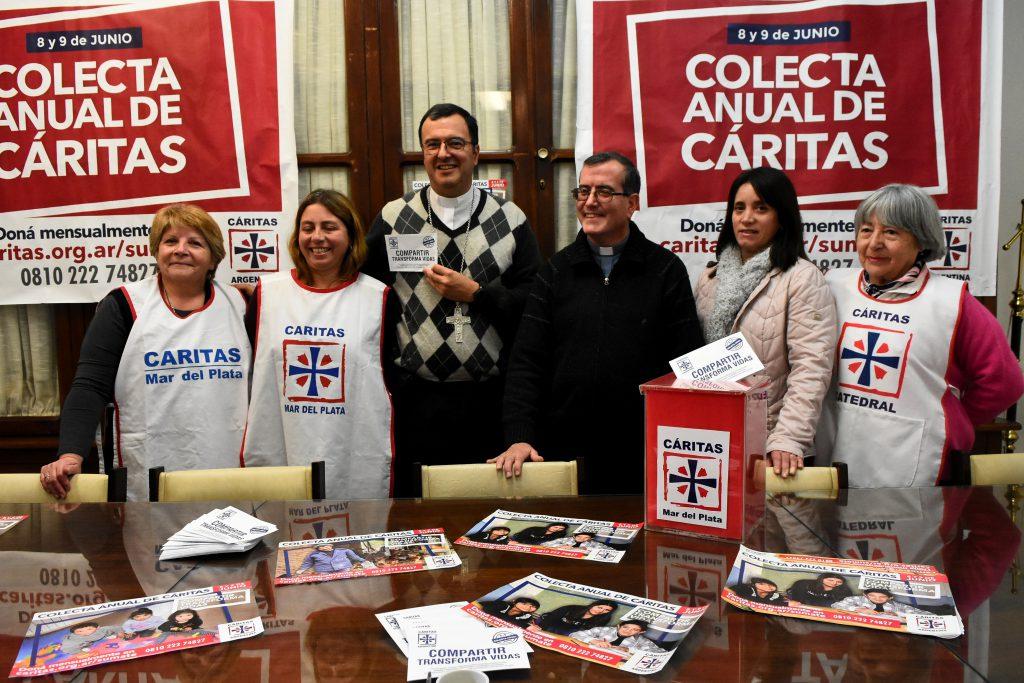 El obispo Gabriel Mestre, el sacerdote del Hogar de Nazaret, Fabián Yañez, y algunas de las voluntarias que prestarán colaboración en la colecta anual de Cáritas de este fin de semana.
