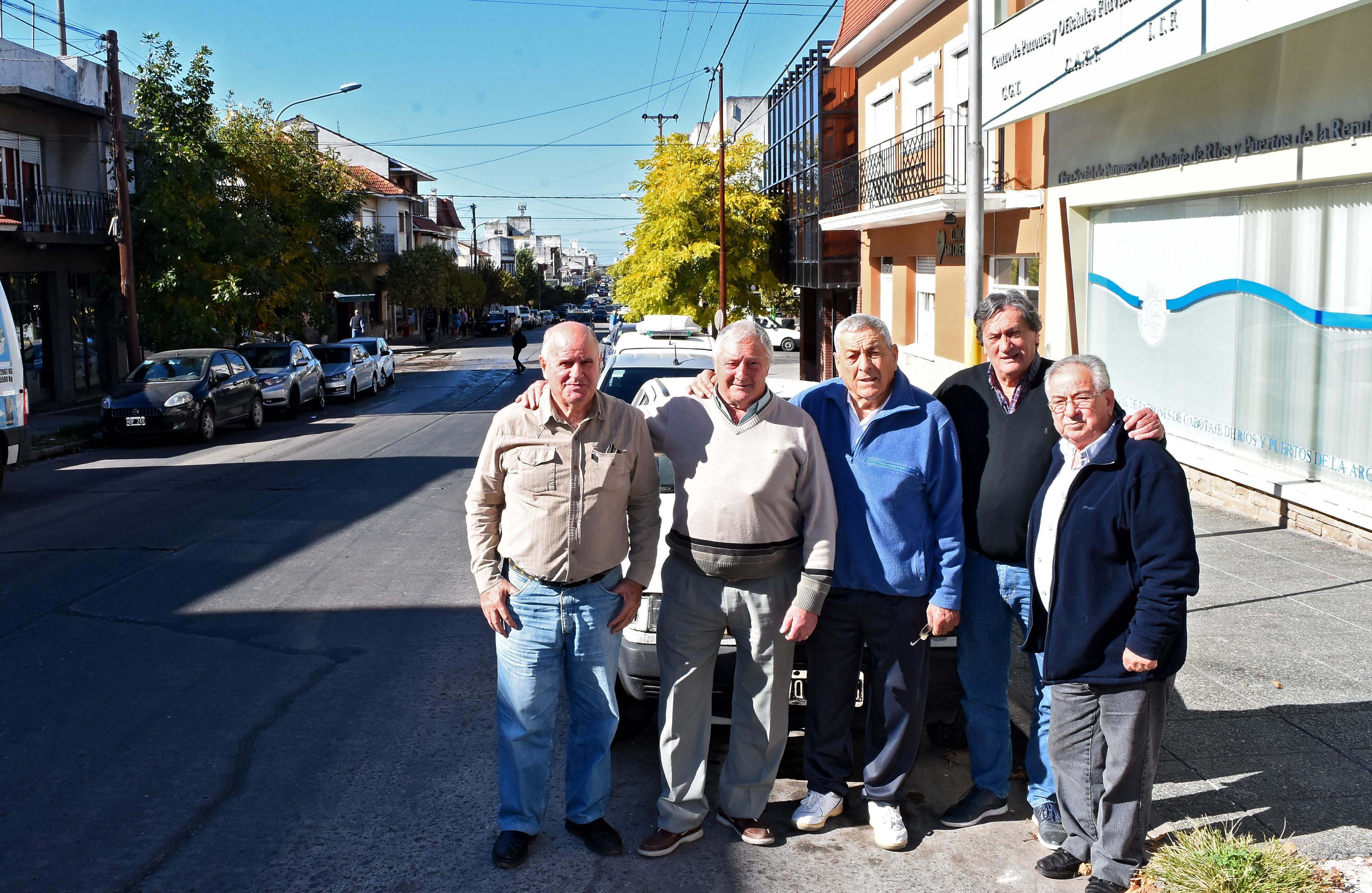 Carmelo Garufi, Humberto Donadío, Eduardo Izzo, José Pica y Carlos Rodríguez, antiguos vecinos portuarios que eran niños o adolescentes cuando vivieron en carne propia el bombardeo de 1955.