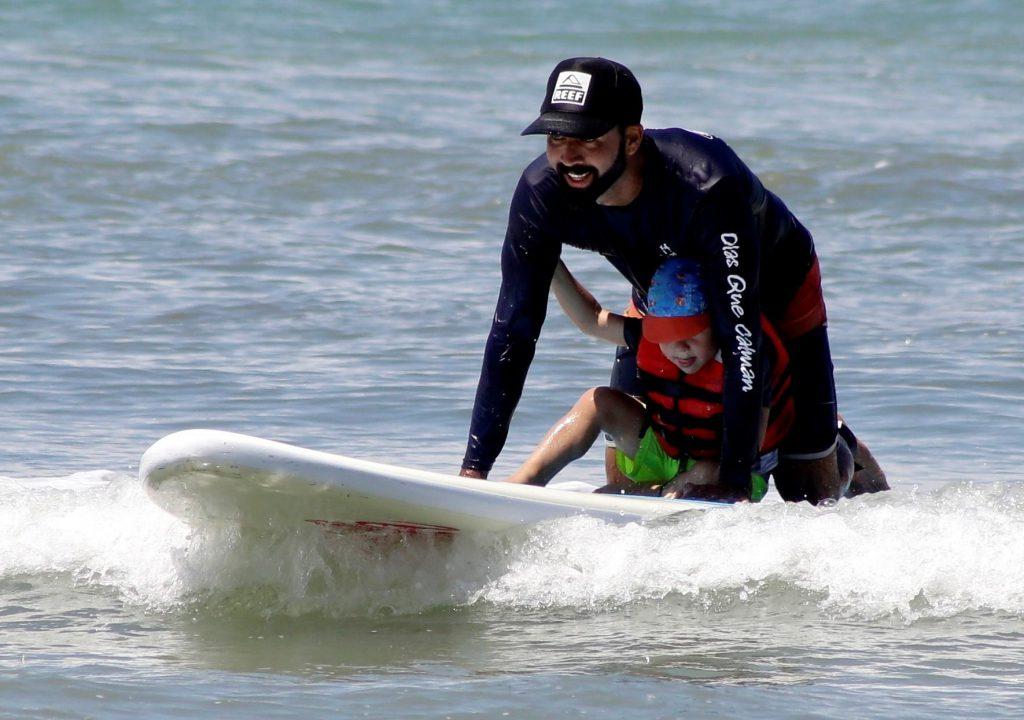 Olas y surf: una terapia para estimular a infantes con autismo en Panamá