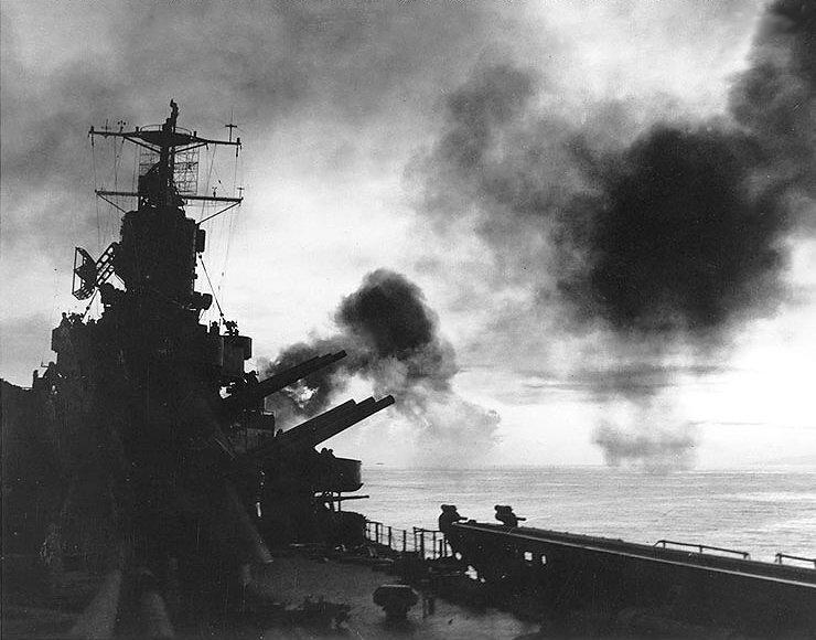 El crucero 9 de Julio, a 8.500 metros de la costa, dispara sobre el puerto de Mar del Plata.