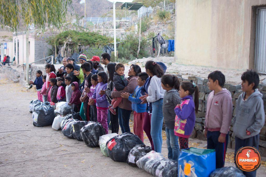 En Fiambalá, en medio de una competencia de 165 kilómetros, sorprendió a 24 nenes de un pueblito con juguetes, útiles y ropa.