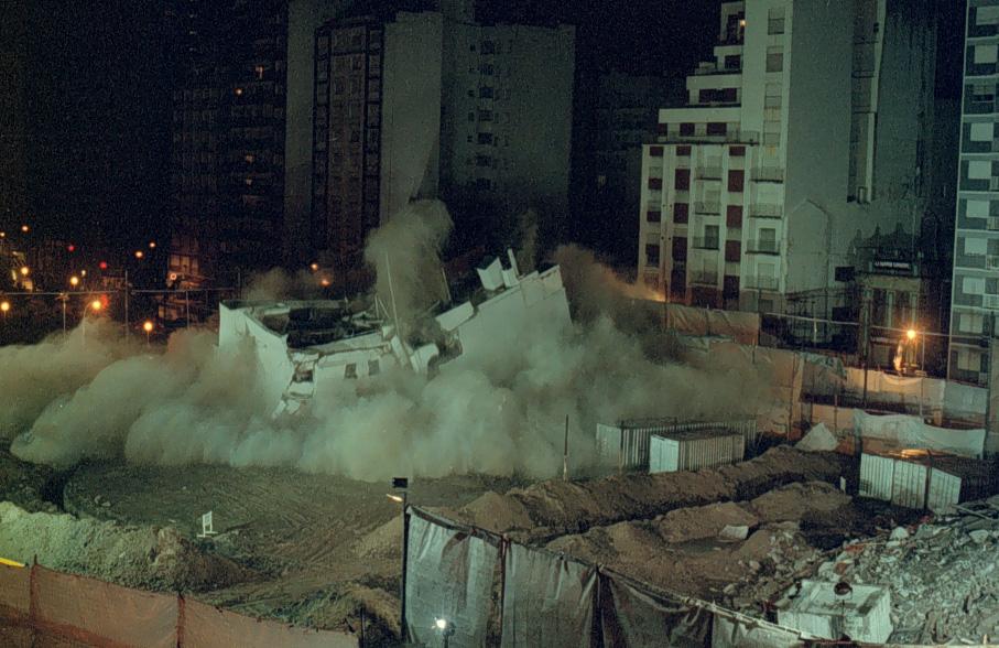 Una imagen del momento de la demolición.