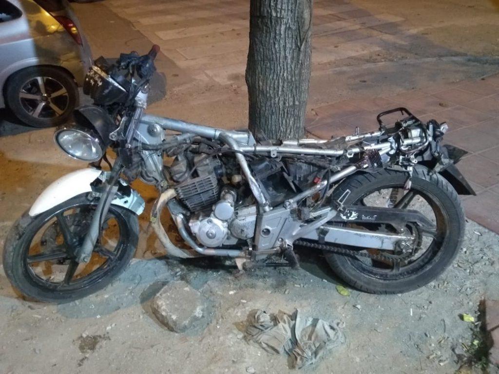 Motocicleta en la que viajaban los dos jóvenes.