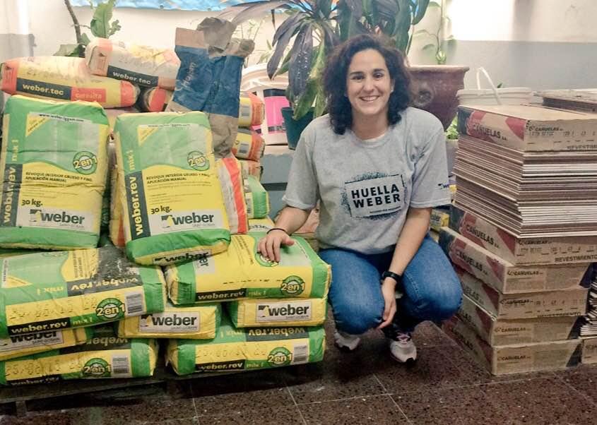 Geijo en Paraná, con las bolsas de materiales que mejoraron las instalaciones de una escuela especial.