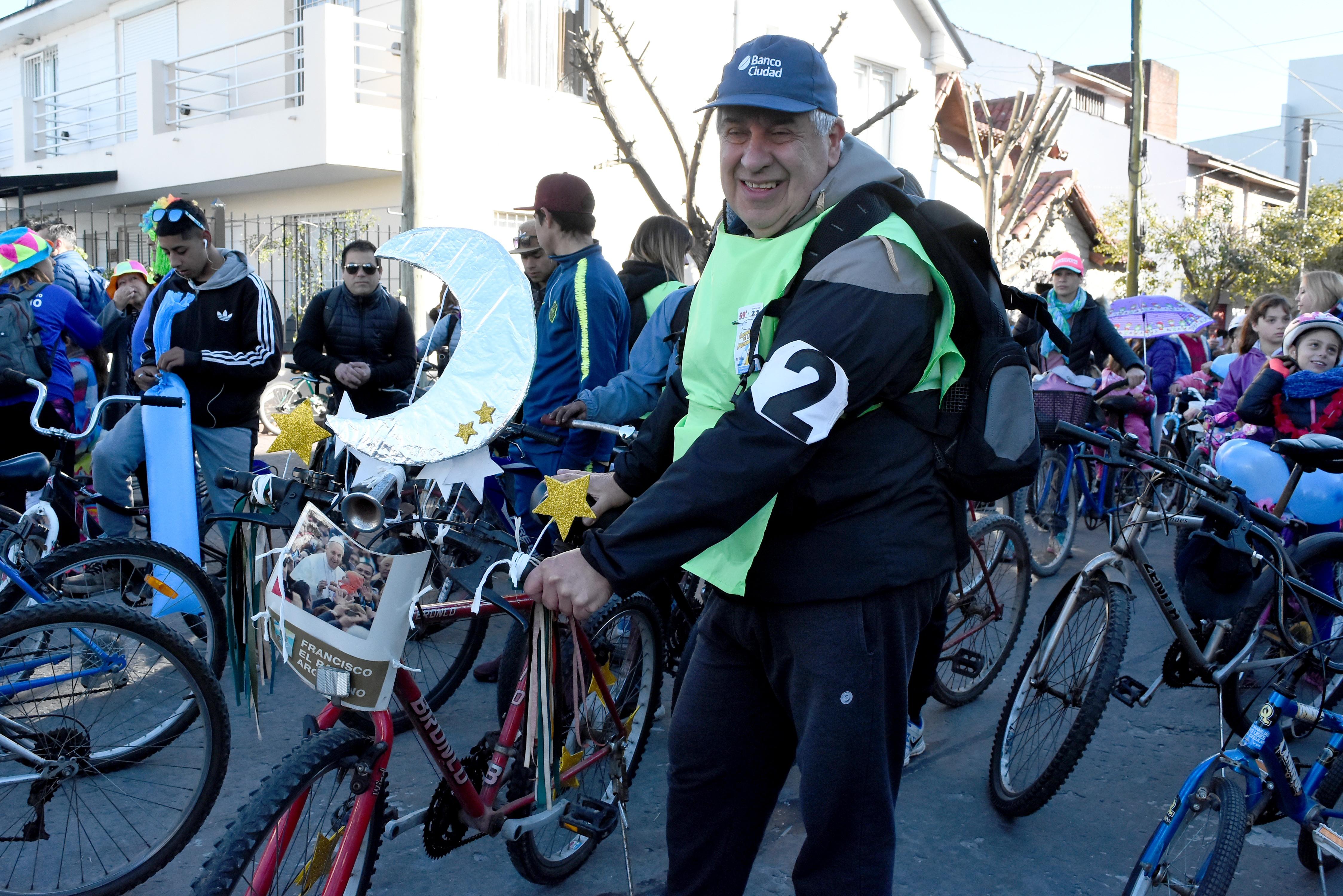 Guillermo llevó al frente de su bicicleta una imagen del Papa Francisco bajo la luna y las estrellas