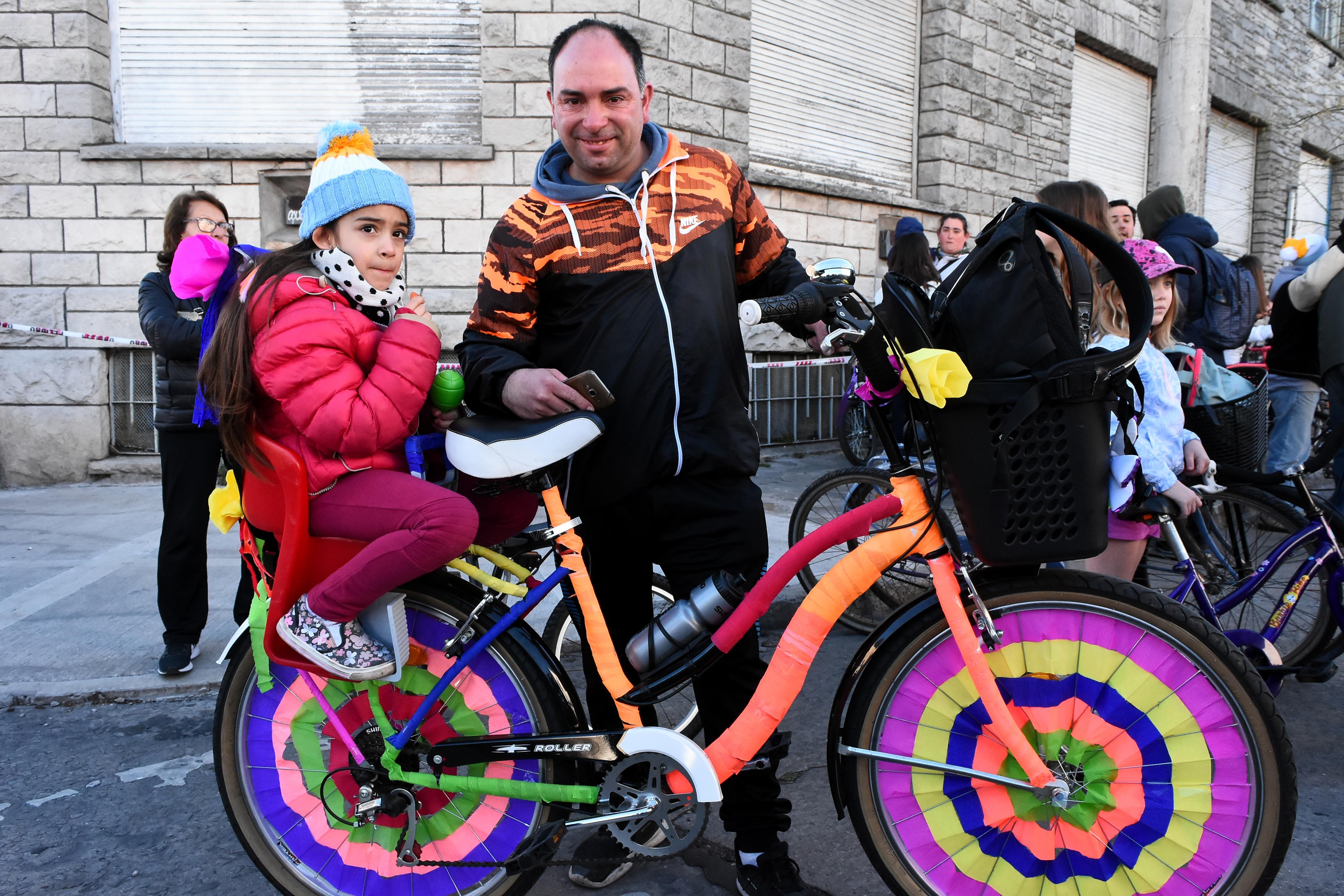 Horacio y su hija Alma (5 años), a bordo de una colorida bicicleta que acondicionaron juntos