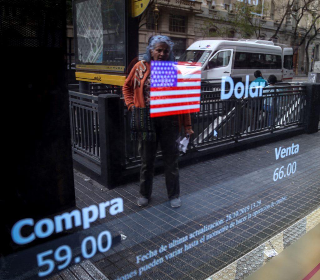 El dólar oficial cerró a $63,41 y el blue se desplomó