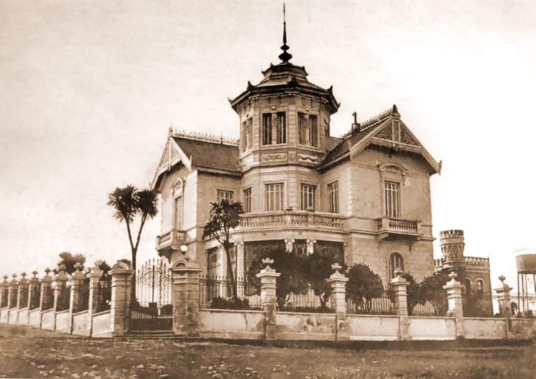 """""""Villa Margarita"""", el chalet que fue levantado en Colón y Alvear a fines del siglo XIX. A la derecha vemos la torre de su cochera."""
