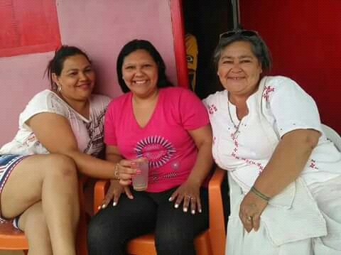 Matilde con dos de sus hermanas, en el reencuentro que demoró 33 años.