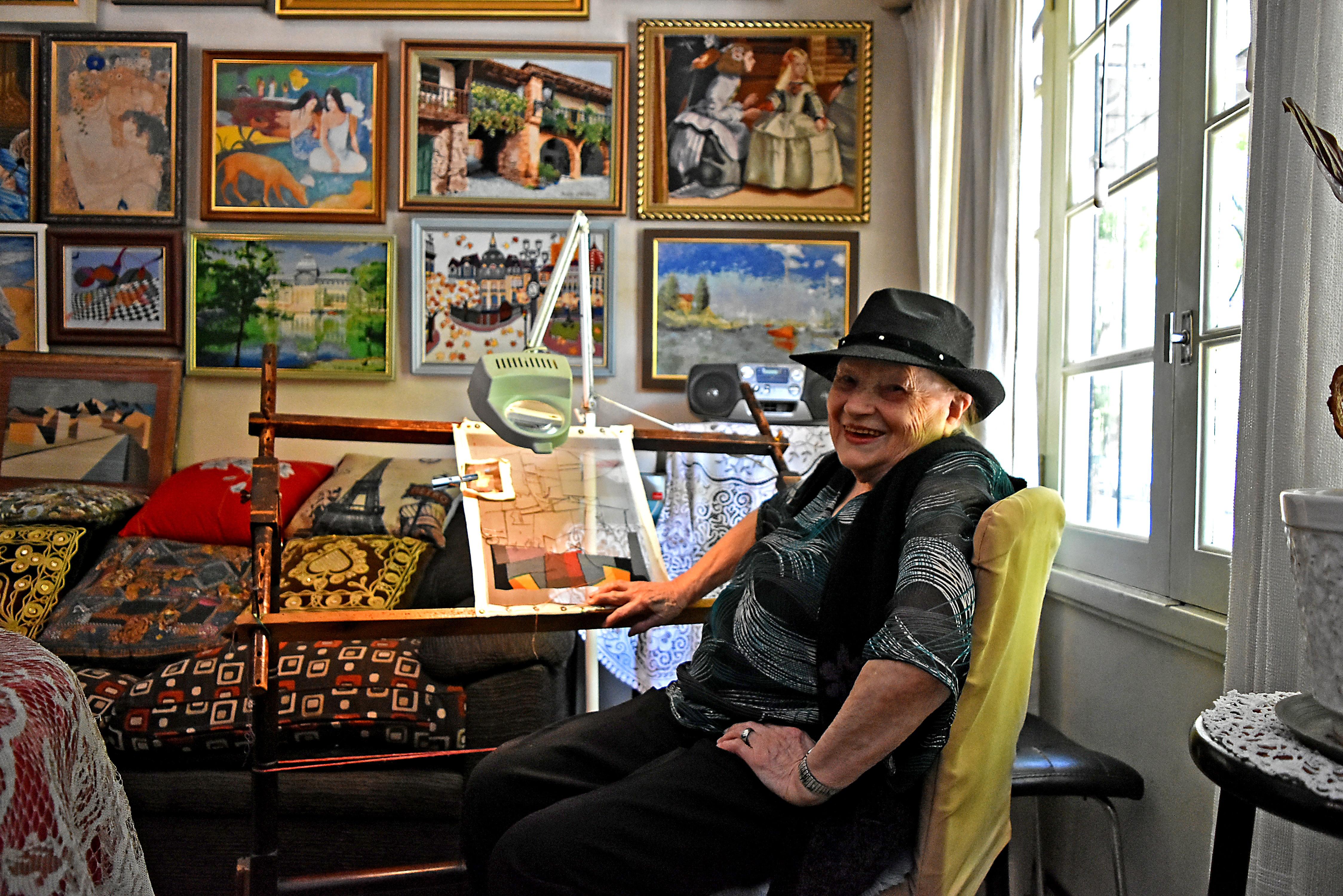 Germaine Tolard, de 96 años, y su lugar en el mundo. Junto a la ventana a Diagonal Alberti, el bastidor y sobre la pared una parte de sus obras.