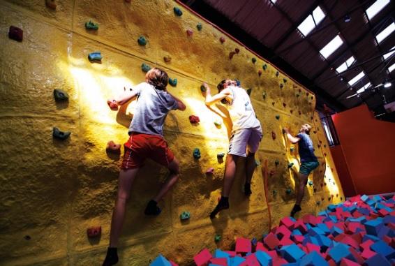 A los juegos, como las camas elásticas, se le suman escaladores para todas las edades.