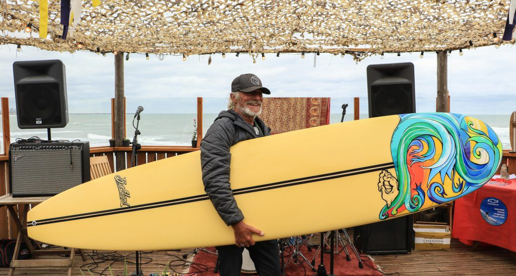 Daniel Gil, pionero del surf nacional, sigue surfeando a los 74 años y organizando la Fiesta del Longboard en su escuela.
