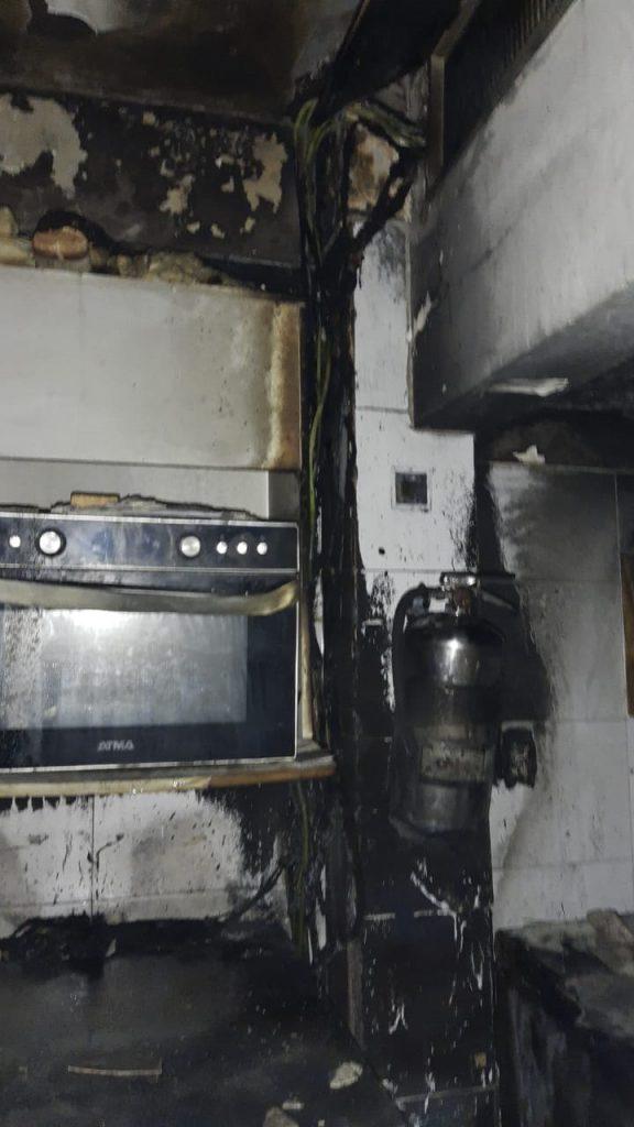 Las llamas comenzaron en la cocina.
