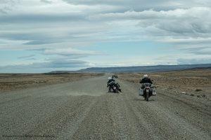 Haciendo camino en plena patagonia argentina, soportando los rigores del terreno y del clima.