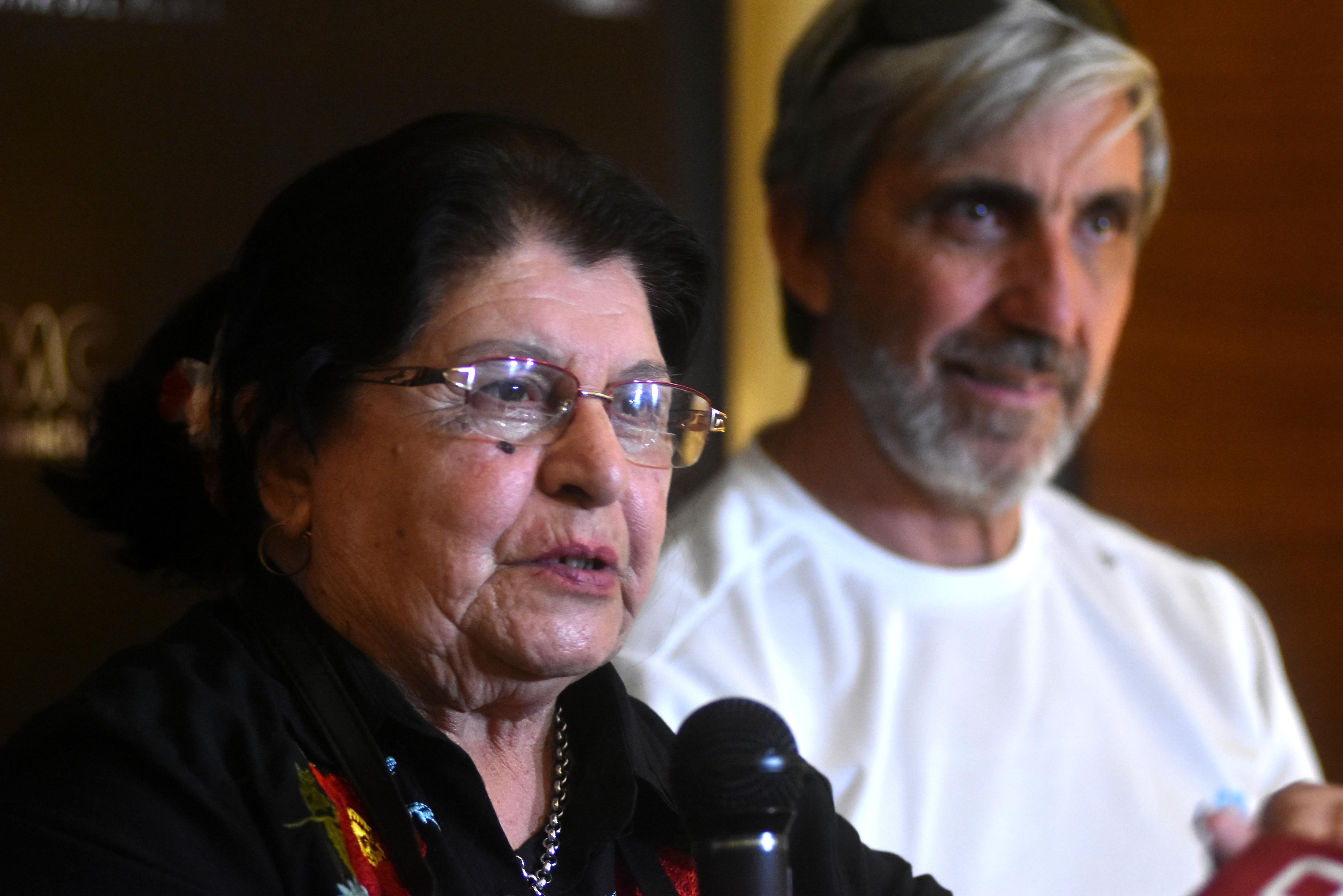 """Elma junto a Julio Aro, de la Fundación No me Olvides, a quien quiere """"como un hijo""""."""