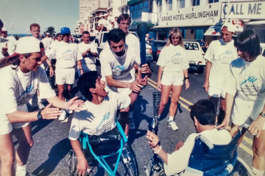 El atleta Alejandro Maldonado durante uno de los relevos en el recorrido de la antorcha panamericana, en este caso, por la costa.