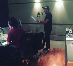 """Notario en el estudio de grabación del sonido de """"Entre Hombres""""."""