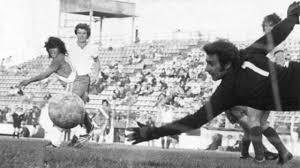 Diego Maradona marcó en el San Martín, frente a San Lorenzo, sus primeros goles en primera división.