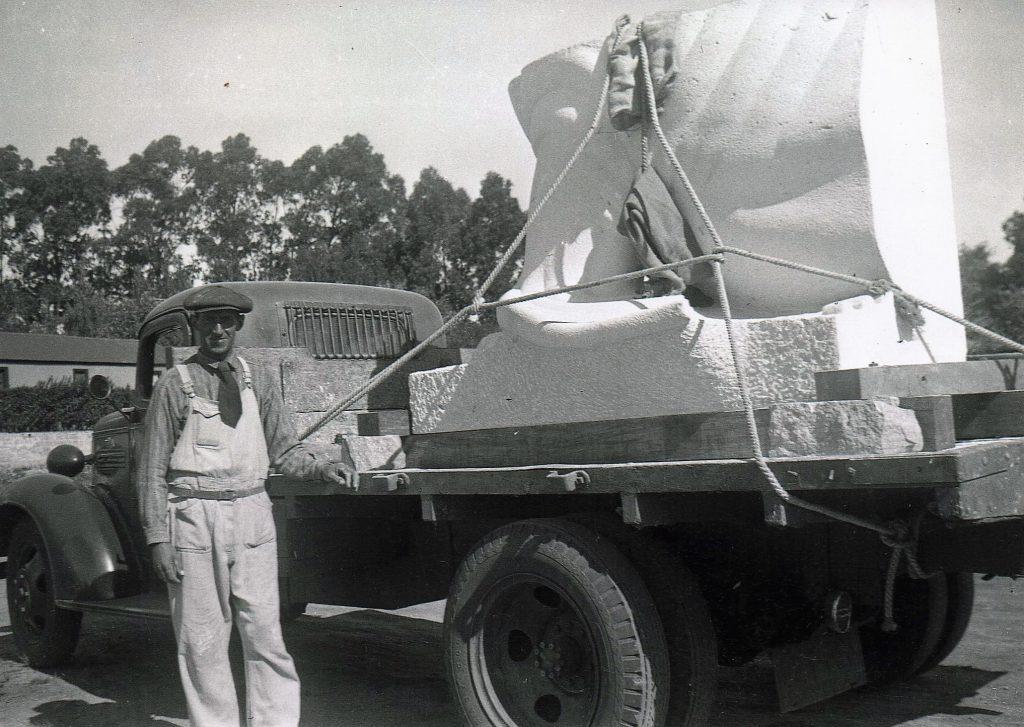 Momento previo al transporte de una de las piezas desde Estación Chapadmalal hasta la Rambla a comienzos de la década del '40.