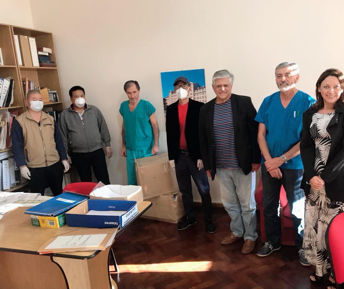 Los miembros de la comunidad china con los directores de los hospitales Interzonal y Materno Infantil.