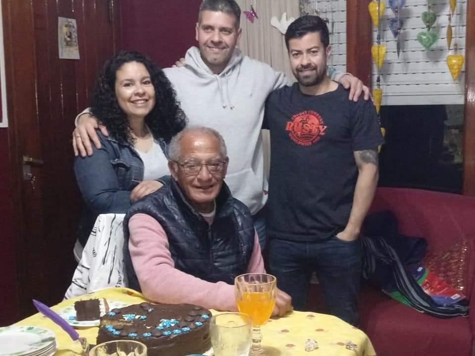 Jorge Maldonado junto a sus tres hijos en su último cumpleaños.