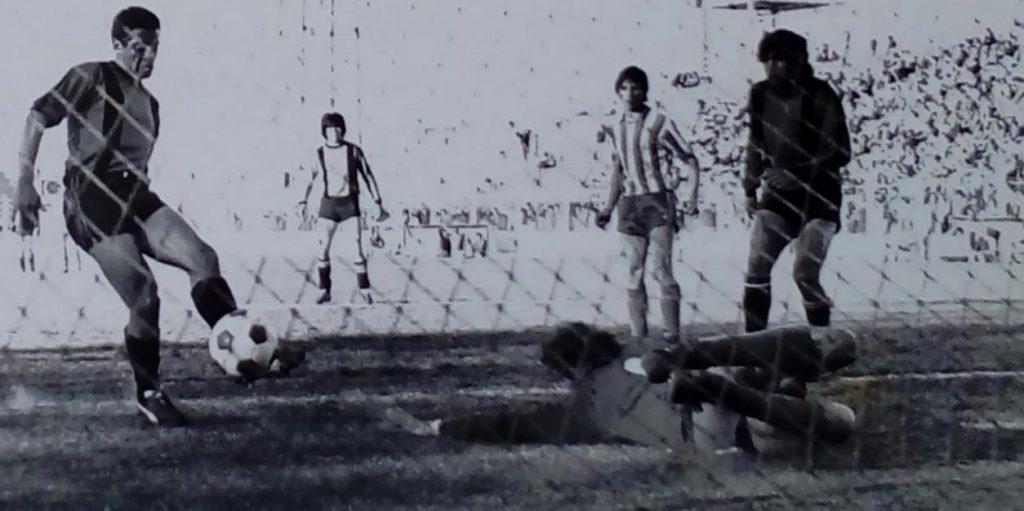 Jorge Maldonado supera la estirada de Enrique Del Bueno y convierte uno de los goles con los que San Lorenzo le gana 2-0 a Mitre para consagrarse en el fútbol marplatense, en 1980.