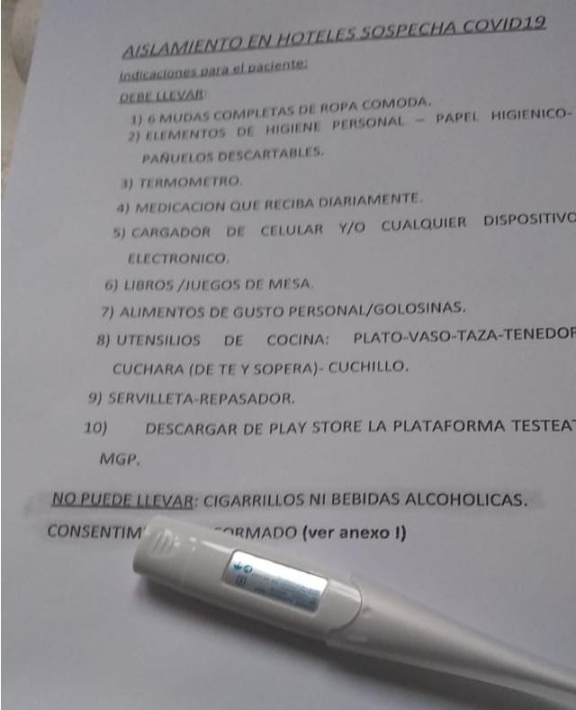 El termómetro y la nota con indicaciones que encontró en la habitación del hotel.