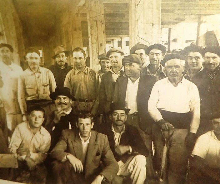 Ostilio Di Lucente (a la izquierda del hombre que sostiene la pala) posa junto a otros obreros que construyeron el hospital. Foto aporte de Graciela Quiroga.