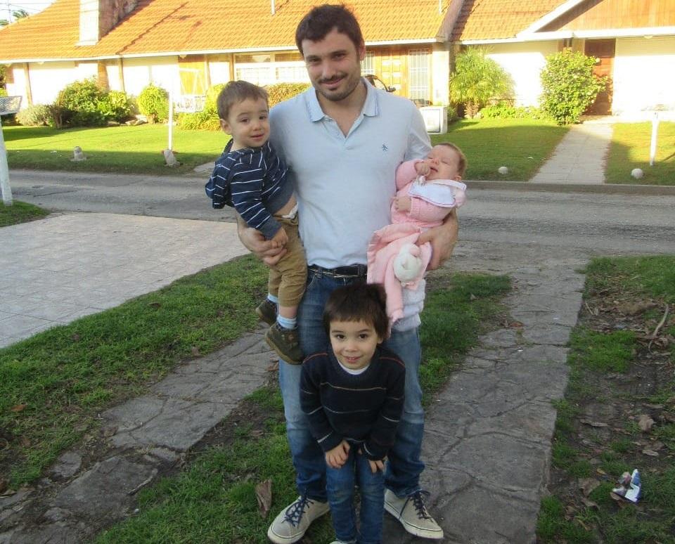 16 Marcelo Molinelli Maratta (médico clínico y residente de anestesia del HIGA) Con sus hijos Agustín de 4 años Manuel 1 año y Milagros de 2 meses