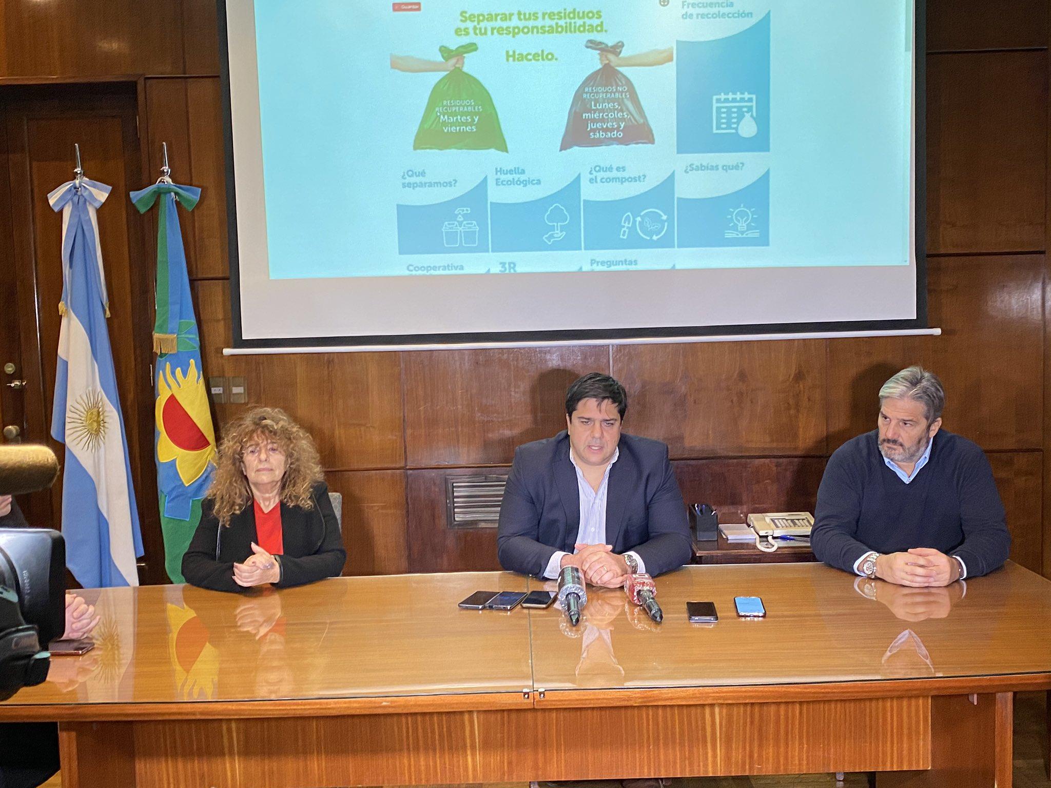 Sebastián D'Andrea (centro), presidente del Emsur, relanzó la campaña de separación de residuos junto a los concejales Angélica González y Guillermo Volponi, de la Comisión de Medio Ambiente