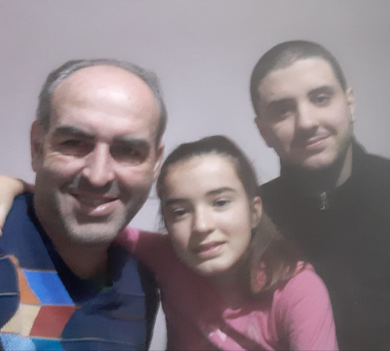 Eduardo Laiz, experimentado médico del HIGA, celebró un nuevo Día del Padre junto a su pequeña hija Valentín y Germán, el mayor de sus dos orgullos.