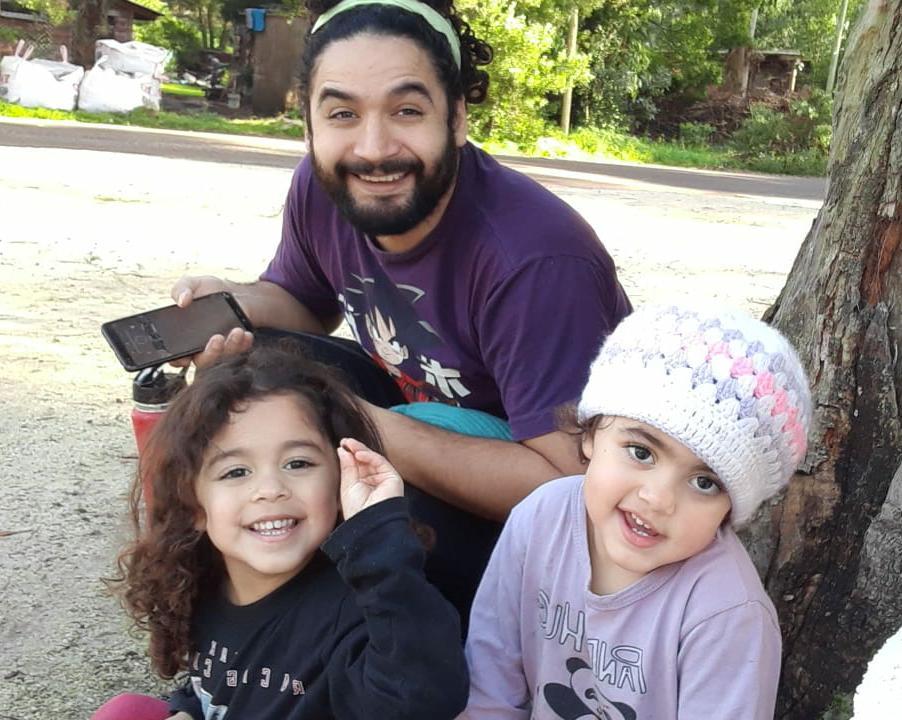 El médico Manuel Mercado es otros de los profesionales del SAME que disfrutó el Día del Padre junto en familia. Al aire libre, posó en una divertida foto con Camilo y Emma, quienes se mostraron orgullosas del trabajo de su papá.