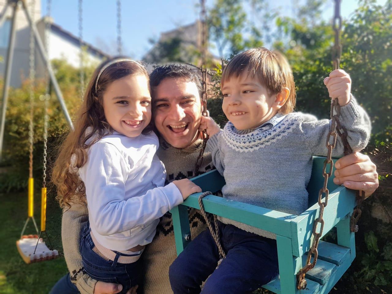 """""""No sabés lo que fue dejarlo quieto al enano"""", contó el doctor Mariano Irigoin, jefe de emergencias del Hospital Materno Infantil, al posar para la foto en LA CAPITAL con sus dos pequeños hijos, Camila y Agustín. El objetivo se logró en la hamaca, uno de sus lugares preferidos."""