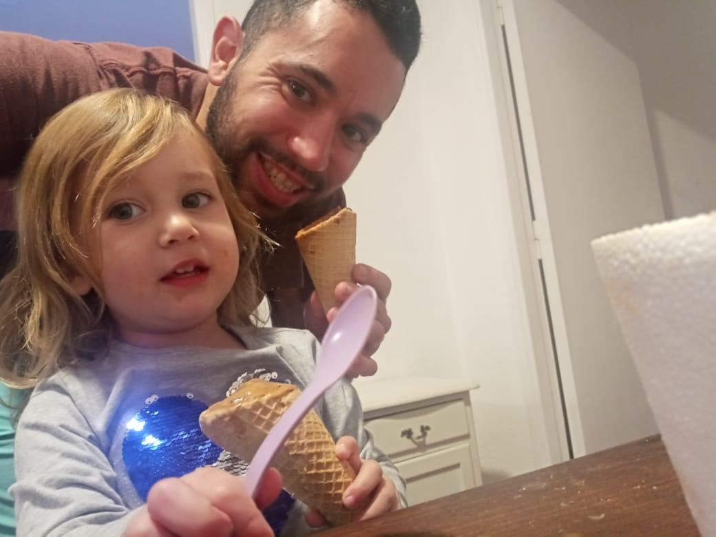 Matías Villalba cumple tareas como camillero del Hospital Interzonal General de Agudos de Mar del Plata. El trabajador se sumó al especial y compartió una foto junto a su pequeña hija Joaquina, compartiendo un rico helado en cucuruchos en su casa.