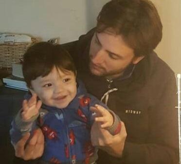 Tomás Cattaneo es un distinguido enfermero del área de terapia intensiva de la Clínica Pueyrredon, querido, respetado y valorado por sus compañeros del área y por sus pacientes. El profesional se sumó a la propuesta y envió una enternecedora foto abrazado a su pequeño hijo Bruno, con una sonrisa que lo dice todo.