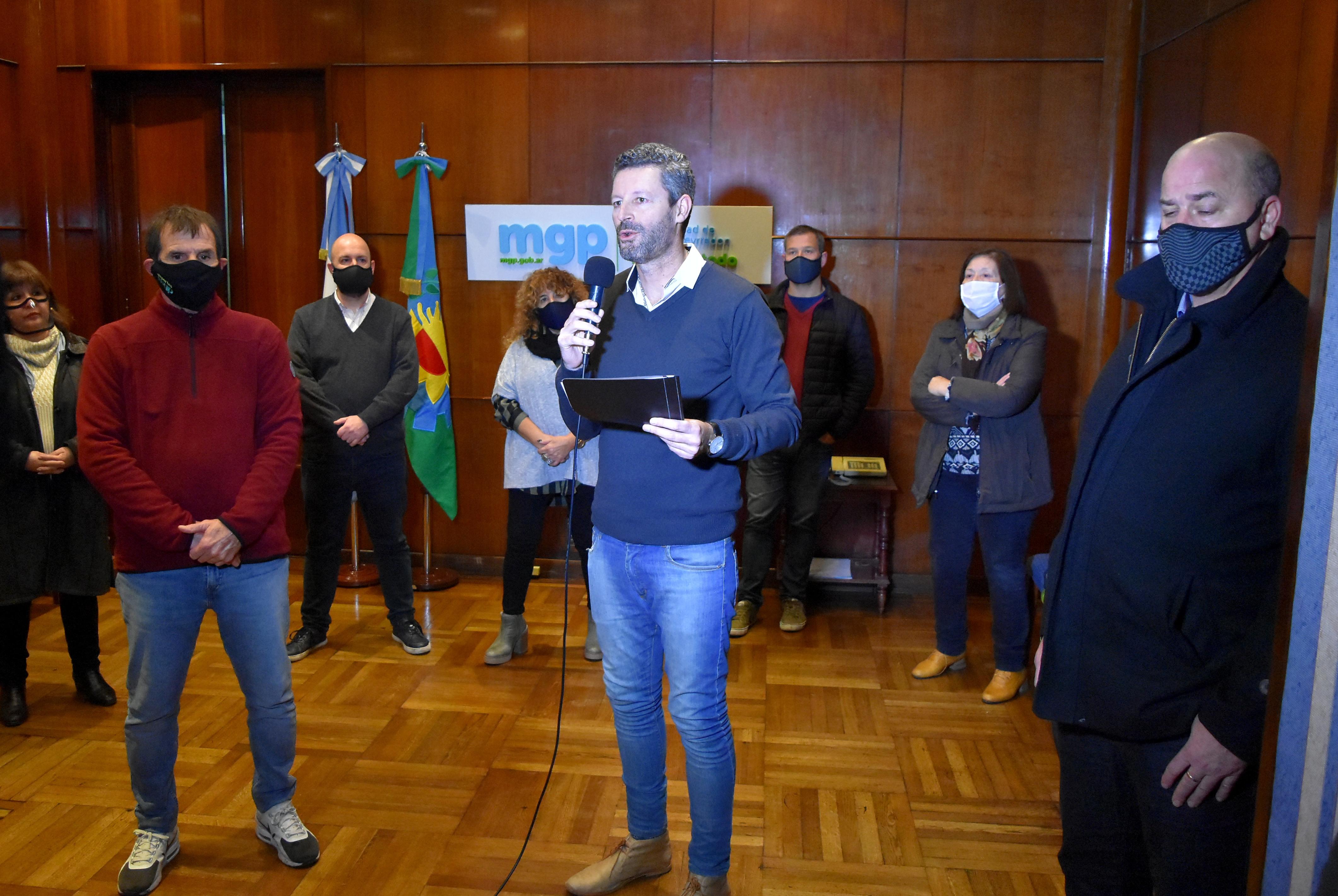 Foto de unidad para el anuncio de la reapertura de los cafés: los funcionarios municipales compartieron la conferencia de prensa con concejales oficialistas y opositores.